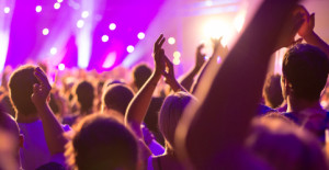 Ein Konzert, Menschen sind frhlich, feiern und haben Spa an der tollen Musik, sie klatschen Beifall